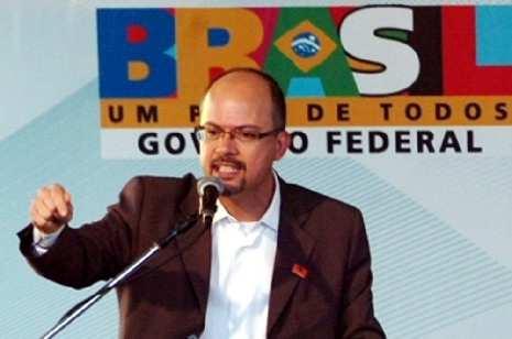 http://www.obeabadosertao.com.br/UserFiles/Image/Ministros/ministro_do_turismo_br_luiz_barreto_filho_465.jpg