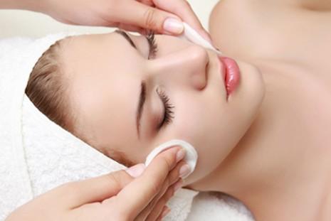 Dormir de maquiagem faz pele envelhecer precocemente e pode levar até a cegueira