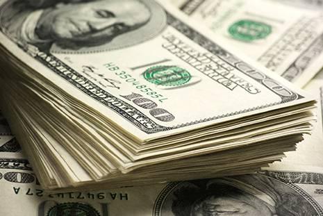 Dólar ultrapassa R$ 5,60 e fecha no maior nível em três meses